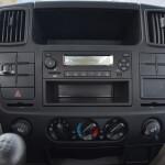 Hệ thống giải trí, cụm điều khiển hiện đại, khe đọc USB, thẻ nhớ và Radio