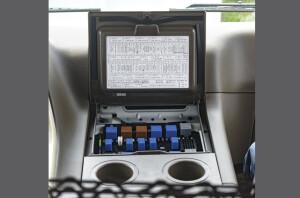 Hộp cầu chì nằm trong cabin thuận tiện cho việc kiển tra điện hệ thống