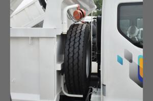 Lốp dự phòng được trang trí pa lăng thuận tiện cho việc thay thế